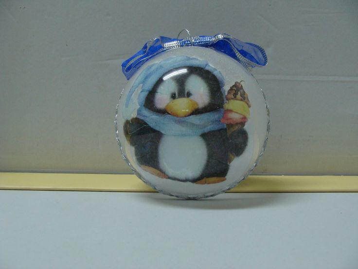 Palla di Natale con pinguino decorata con la tecnica del decoupage