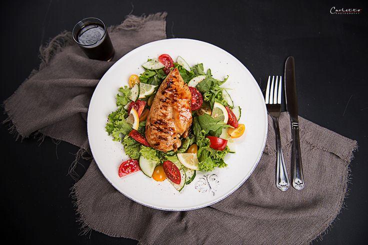 Teriyaki Huhn auf buntem Salat