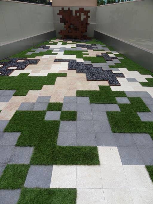 Utilizando césped artificial, gravillas de colores y losas, puede resultar esta bonita terraza.