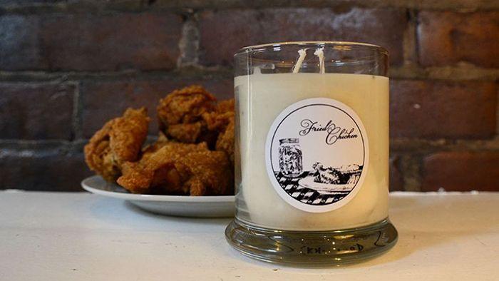 Аромат настоящего уюта: свечи с запахом курицы из KFC  Ароматические свечи – отличный аксессуар для поднятия настроения. Запах апельсина способствует бодрости и веселью. Ваниль и роза – создают атмосферу романтического свидания. А для тех, в чьем доме не витают аппетитные запахи еды, бренд KFC выпустил свечи с ароматом жареного цыпленка.    свечи, аромат, курица, KFC
