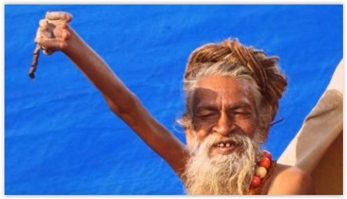 Este Hombre Lleva mas de 40 Años con su Mano Derecha Levantada