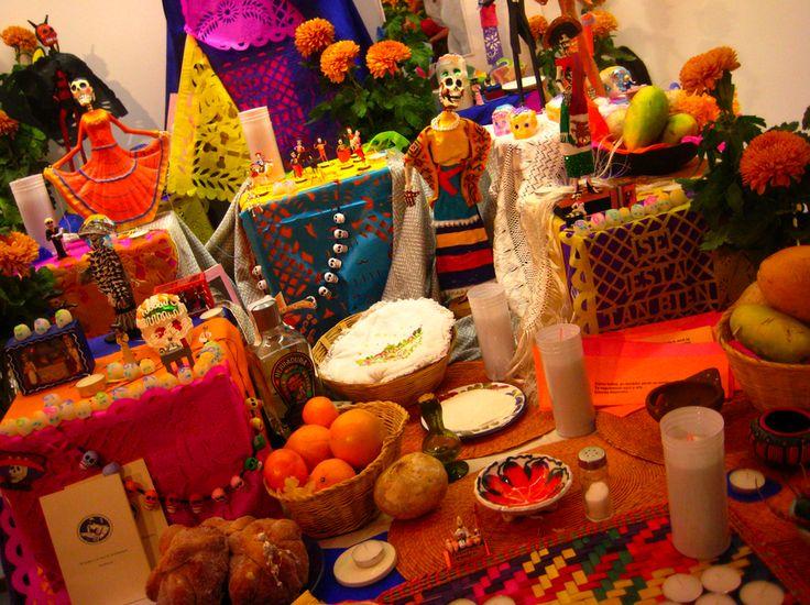 La ofrenda es la manifestación de las ideas de los antiguos mexicanos sobre la permanencia de los lazos que se mantenían con los difuntos.