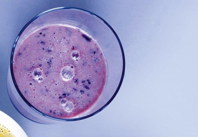 Dejlig, sund morgenjuice med æble, appelsin og blåbær.