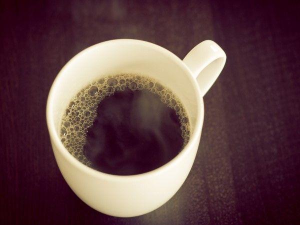 21 - ANTOJOS 4 - Si eres de las que toman cinco tazas de café al día, esta adicción tendrá sus efectos en tu sistema. Pero si solo tienes un antojo desesperado de tomar un expreso, puede solo ser falta de hierro, según explica Shona. Alrededor del 40% de las mujeres entre 19 y 34 años no consumen suficiente hierro y muchas tienen niveles bajos durante el período. Y sin el hierro necesario para transportar el oxígeno por tu sistema, te sentirás cansada, por eso querrás una inyección de cafeína.