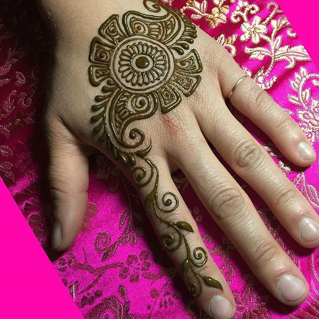 A popular one from a recent wedding party's Happens all the time, someone sees a design I did for someone and then half of the rest of the group asks for the same thing! #sarahenna #henna #mehndi #Kirkland #kirklandart #seattlehenna #seattle #pnw #hennaa