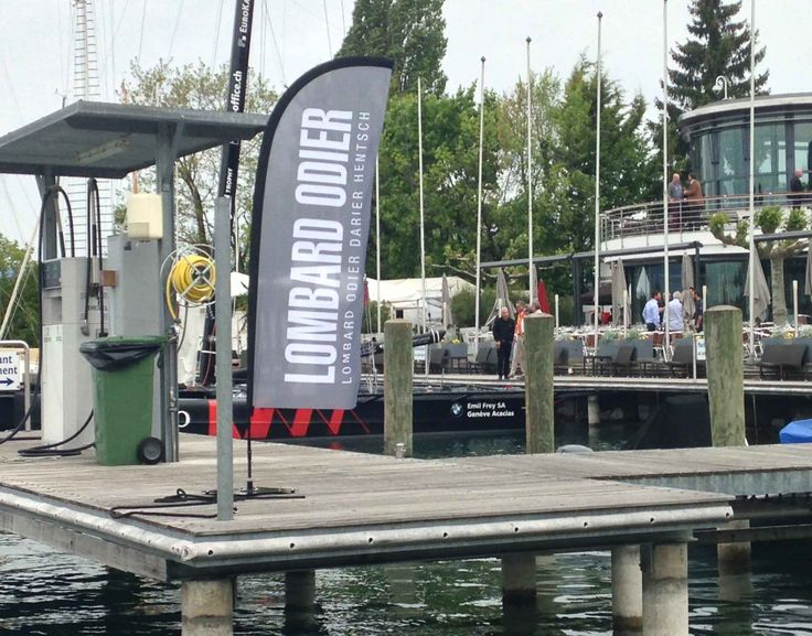 Drapeaux publicitaire événementiel pour la banque Lombard Odier.  #flag #drapeaux #display #presentoir