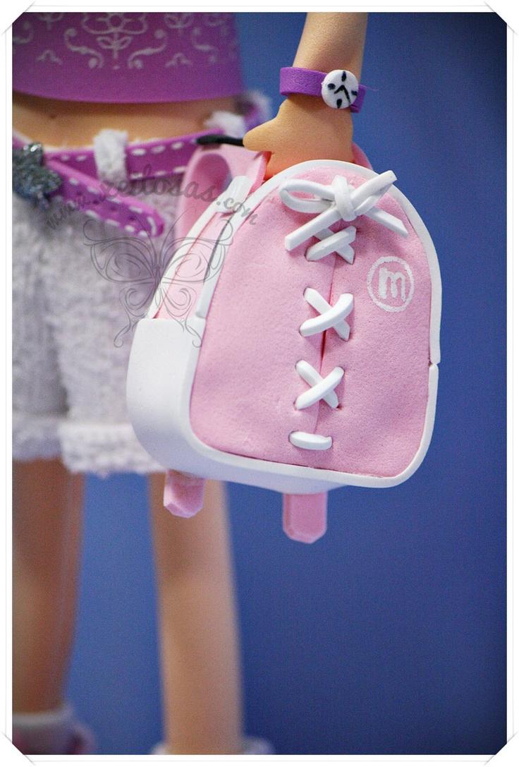 Fofucha niñá con mochila y fofucha bebé con peto vaquero. Incluye peana con nombre. Detalles en goma eva estampada y toalla.
