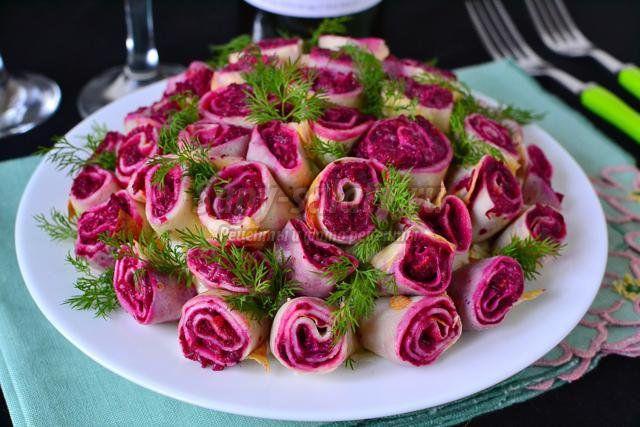 Берём большую салатницу и выкладываем салат слоями, промазывая каждый майонезом.