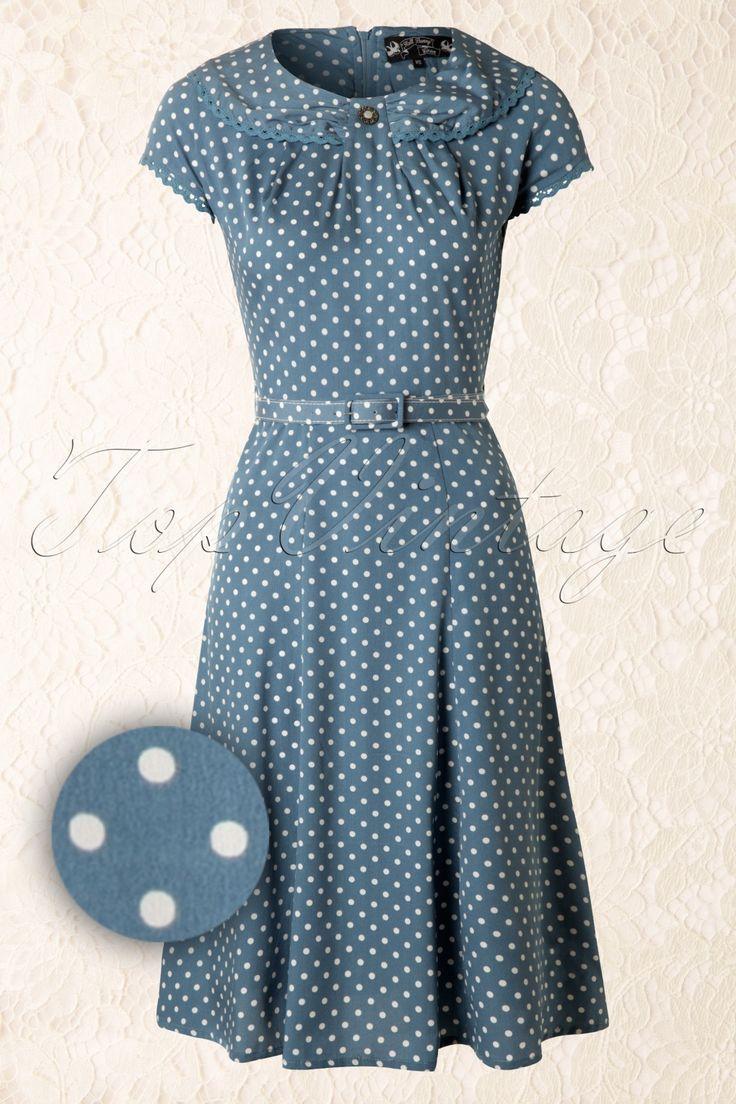Deze40s Ingrid Dress in Vintage Blue with White Polkavan Bunny is een elegante & speelse vintage stijl jurk.Mooi aansluitend lijfje met ronde hals en eyecatching geplooid vlinder kraagje, afgewerkt met een goudkleurig vintage knoopje en een gehaakt randje, super cute! Kort mouwtje, geplooid boven de buste en vanaf de taille uitlopend in een vrolijk A-lijntje. Het stoffen riempje benadrukt je taille nog eens extra voor een prachtig silhouet! Rits aan de achterzijde. Uitgevoerd ...