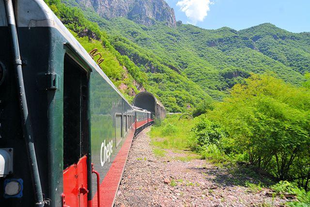 TRAIN DE LA BARRANCA DEL COBRE (MEXIQUE) dernière ligne de voyageurs du réseau ferré mexicain traverse les déserts en longeant le plus grand ensemble de canyons au monde. Des précipices de plus de 1 000 m frôlent le parcours escarpé d'El Chepe, vénérable locomotive à vapeur qui franchit les 2 400 m d'altitude sur son parcours reliant les terres du nord du Mexique (Chihuahua, Centre-Nord du Mexique) au Pacifique. 37 ponts, 86 tunnels et une remarquable série de montagnes