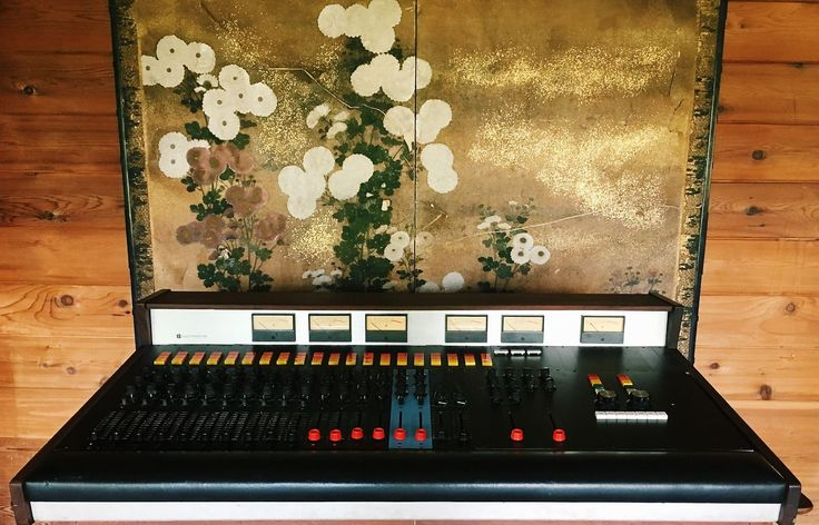 Up for sale is a rare 1968 Electrodyne ACC-1204 Recording Console with 20 inputs, 2 busses, and 18 direct outs. These early Electrodyne desks were used on countless records in the late 1960's - including those made at Capitol Records which used a custom Electrodyne with 709L modules for8 track m...