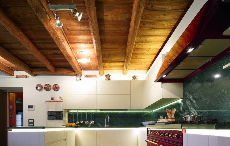 cucina moderna laccata bianca con piano in marmo verde