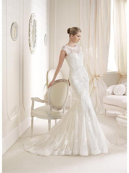 Белое облегающее кружевное свадебное платье
