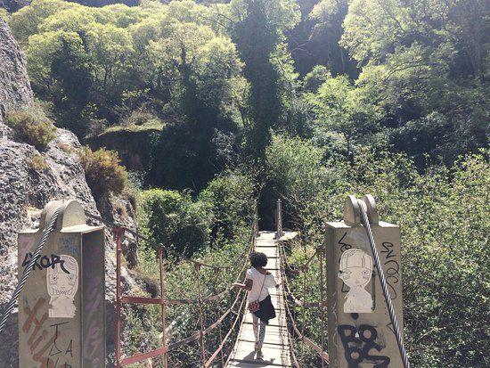 GRANADA (buiten de stad) Wandelen door  Los Cahorros langs brugjes en watervallen