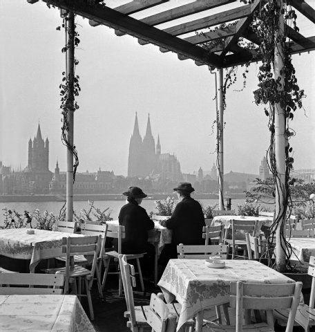 Frauen mit Hut, die von Deutz aus auf die Kölner Altstadt blicken. Foto: United Archives (1930er Jahre)