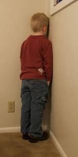 Wie ondeugend was op school (hardop praten was al een ondeugd) moest een poos in de hoek staan, met de handen op de rug.