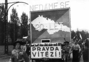 Motiv z 1. května 1938 výstižně vyjadřuje vlastenecké cítění Čechů v pohraničí a jejich odhodlání bránit republiku. Snímek pochází z Ústí nad Labem. FOTO: Archiv Karel Straka