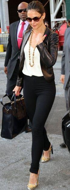Chaqueta de cuero negro, pantalon negro y blusa blanca