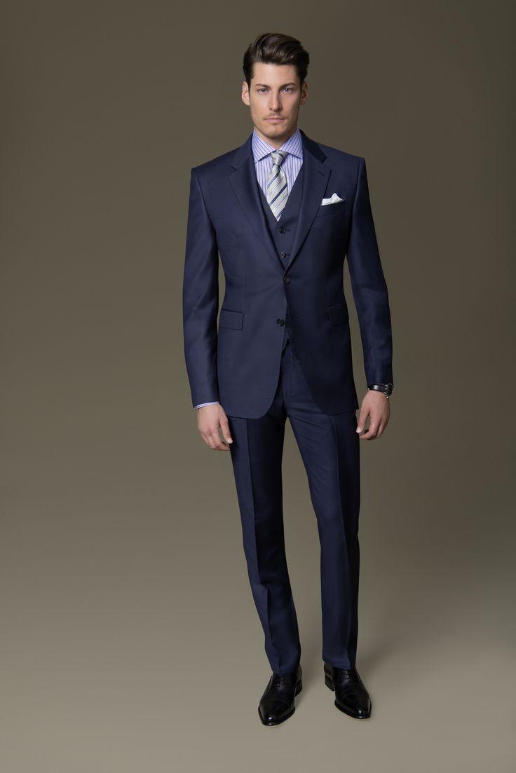 Hinterlassen Sie einen bleibenden Eindruck! Der klassisch maskuline Dreiteiler besticht durch sein kräftiges Oxford-Blau, die filigrane Webstruktur und die feinen Details wie die Handkante an den Revers und Taschen von Sacco und Weste. Kombiniert ist der DOLZER Anzug mit einem hellblau gestreiften Hemd.