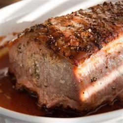 Suculento y fragante. Lomo de cerdo al horno con ajo, romero y vino blanco.