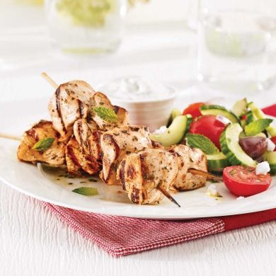 Des brochettes de poulet légèrement marinées qui vont à merveille avec la populaire sauce tzatziki!