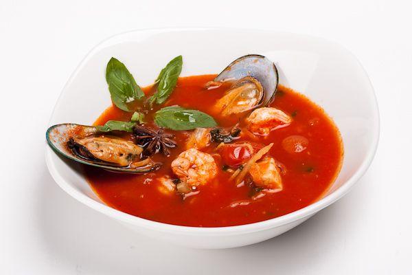Итальянский томатный суп из морепродуктов | Каким бы странным нам это ни казалось, но в Италии нет супа, который мы привыкли называть ухой. Да-да, при всем обилии рыбы и морепродуктов в национальной кухне этой страны традиционное для нас первое блюдо отсутствует. Но зато итальянские повара придумали собственную вариацию на эту тему. Рецепт их супа очень интересен, а приготовить его может каждый желающий при наличии определенного набора продуктов.