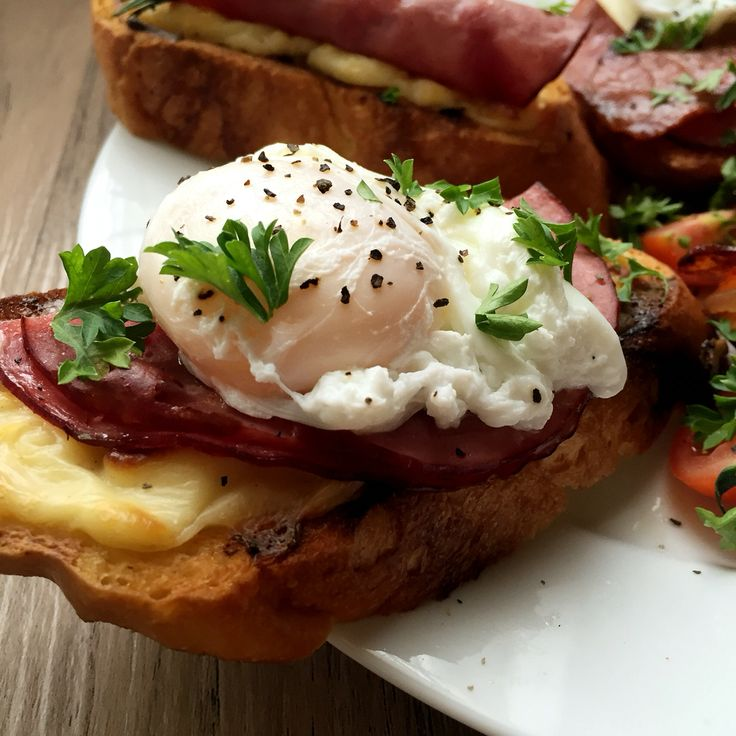 Butter crostini, topped with bechamel sauce, ham & poached egg.