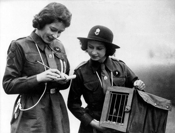 Elisabeth II *Koenigin von GB seit 1953 als Pfadfinderin mit Schwester Margarete Rose 1943