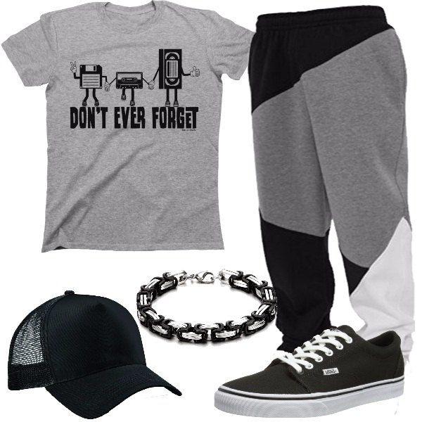 Una t-shirt grigia, con stampa e dei pantaloni ampi, neri, grigi e bianchi, in felpa. Abbiniamo sneakers nere, cappellino con visiera e bracciale a catena.