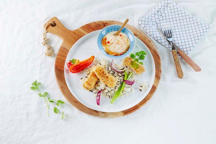 Oppskrift på lekker, god og rask fiskemiddag. Her har vi sesampanert en seifilet og serverer de hjemmelagde fiskepinnene med nykokt ris og sweet chili-raita. Raita er et indisk tilbehør laget av yoghurt eller syrnet melk.