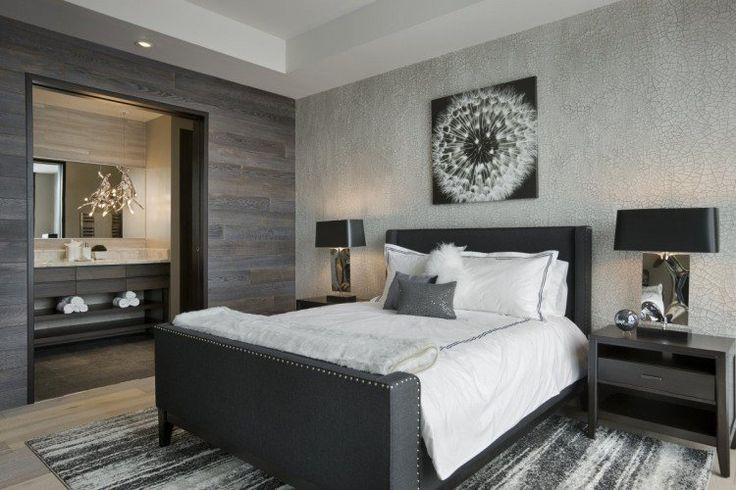 chambre à coucher adulte, lambris mural en bois massif, murs en gris taupe et tapis rayé assorti
