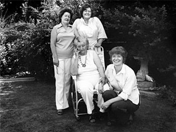 Thompson (seated) with three of her daughters, (from l. to r.) Katherine, Ruby and Norma, in 1979—43 years after Migrant Mother