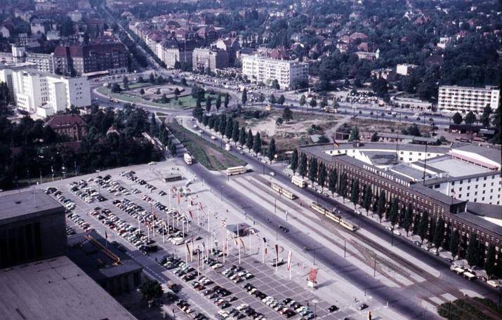 Weil wir es so gern machen, blicken wir aber noch mal in die Vergangenheit - da sah die Situation nicht nur auf den S-Bahnhöfen anders aus, sondern auch hier zwischen Theodor-Heuss-Platz (ohne SFB-Tower) und Haus des Rundfunks (vorne rechts im Bild). Da fuhren dort, wo wir heute unter Autos parken, noch - genau, Straßenbahnen (unten im Bild). Links ist das Messegelände zu sehen. Das Foto entstand übrigens 1958.