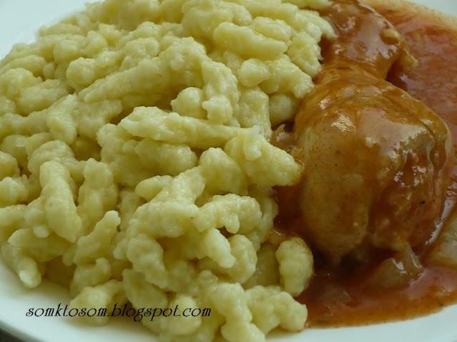 RECEPTY Z MOJEJ KUCHYNE: Halušky z cukety 1 veľká na jemno nastrúhaná žltá cuketa, 1 vajce, hladká alebo polohrubá múka podľa potreby, štipka soli  Postup je úplne jednoduchý. Cuketu očistím (rozkrojím, vydlabem mäkké vnútro a ošúpem) a potom nastrúham na jemno. Pridám vajíčko, soľ a toľko múky, aby vzniklo primerane husté haluškové cesto. Pretláčam cez sitko na halušky do vriacej vody a keď vyplávajú navrch, krátko ich povarím. Vyberiem a ešte teplé servírujem.