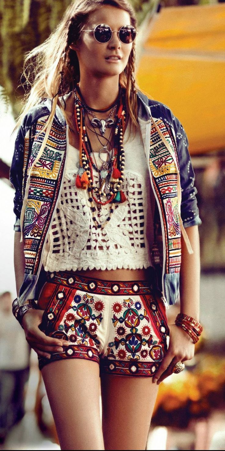 Coachella outfit for a boho style. utvald bild boho chic style. Shorts, top and jacket. Braids and sunnies.