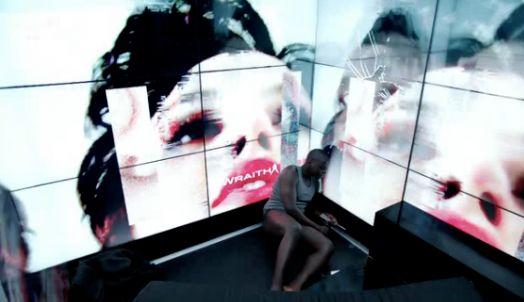 21: Essere circondati da schermi in una realtà distopica ed essere violentati dalla pubblicità può essere un sistema di controllo.