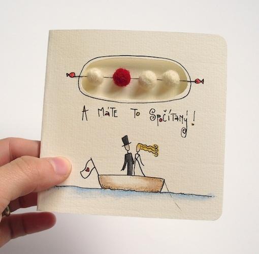 """""""A máte to spočítaný!"""" Přání k svatbě... n°10 Přáníčko je ručně kreslené indickým ingoustem a malované akvarelovými pastelkami. Je vyrobeno z papíru Canson, 200/m2, smetanové barvy. Počítadlo se skládá ze čtyř plstěných kuliček... (barva jedné - té barevné - plstěné kuličky se může měnit, podle toho, jaké rouno je zrovna na skladě.) Velikost přáníčka je ..."""
