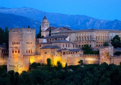 スペイン南部のアンダルシア地方、グラナダ市南東部の丘の上に立つアルハンブラ宮殿。<br /><br />コルドバのメスキータとともにイスラム文化が残っているというアルハンブラ宮殿はとても興味深く訪れるのを楽しみにしていた・・・<br /><br />元々は農民の反乱を防ぐための小さな砦だった場所を14世紀イスラム最後の王朝の王たちが宝石のように美しい宮殿に変えた。イスラム芸術の最高傑作とされているこの宮殿を、無血開城で明け渡すことになったイスラムの王ボアブデルは「これは、パラダイスの鍵です。」と言ってカトリックの王イサベル1世に鍵を差し出したという。<br /><br />宮殿は、その後キリスト教徒の手に移ったけれど、あまりの美しさに作り直すことはせず、ほとんどそのまま残された。そしてこの宮殿を愛したイサベル1世は亡くなる時「アルハンブラの美しさのそばで眠りたい」と遺言を残したという。<br /><br />美しさのために保全され、現在まで残ったという宮殿を自分の目で見たくて訪れました。<br /><br />
