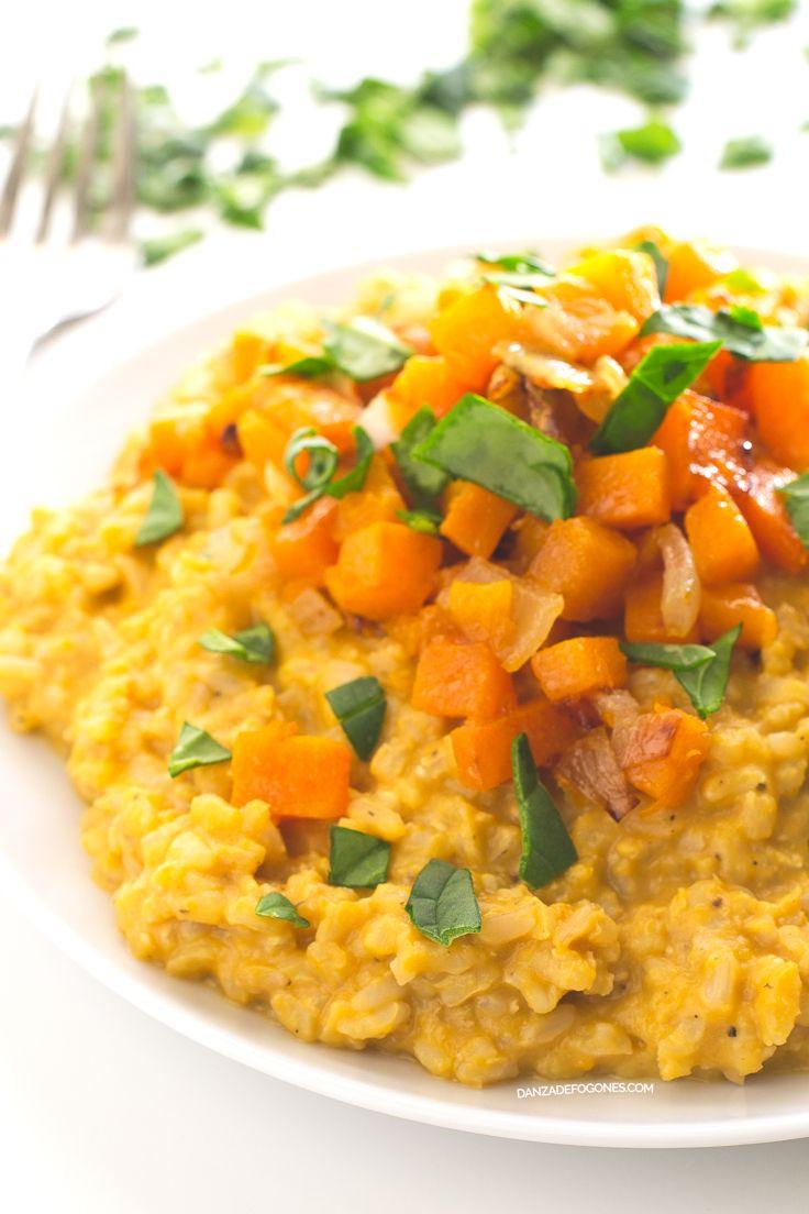 Este risotto vegano de calabaza es mucho más ligero y sano que los tradicionales. Está hecho con arroz integral, por lo que además es más nutritivo.