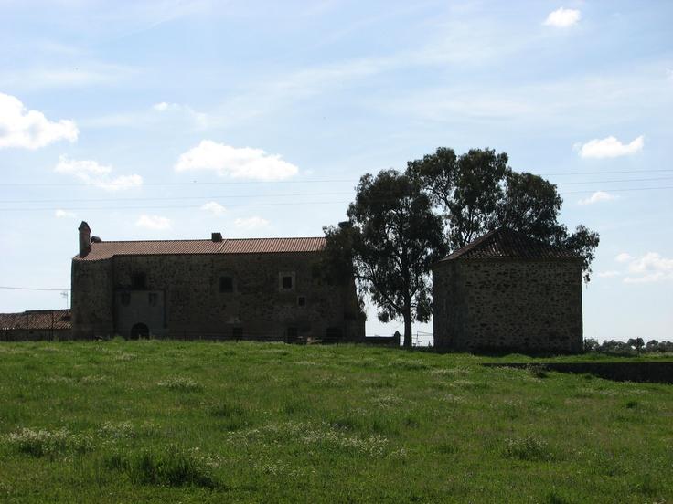 Casas de las Hijas de Vaca, junto al río Salor, muy cerca del paraje de los Barruecos, en Malpartida de Cáceres, que está considerado Monumento Natural.