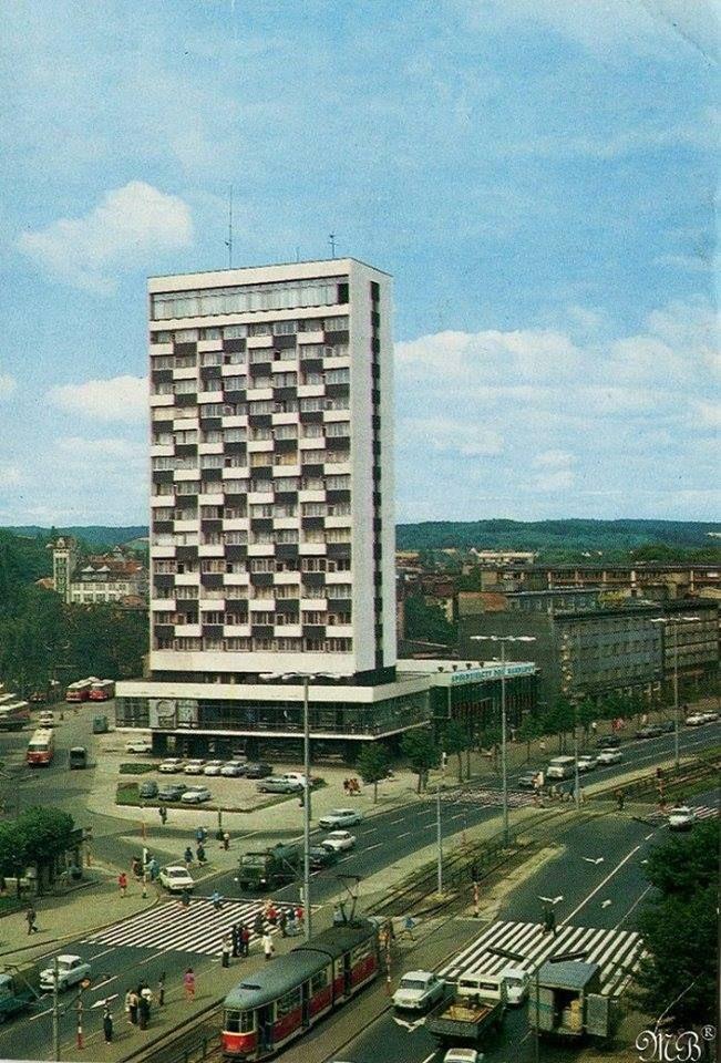 Gdańsk Wrzeszcz al. Grunwaldzka Wieżowiec '' Olimp'' lata 70's. Za Olimpem widać budynek Straży Pożarnej przy ul.Sosnowej oraz autobusy z obecnej w tamtym czasie zajezdni autobusowej.