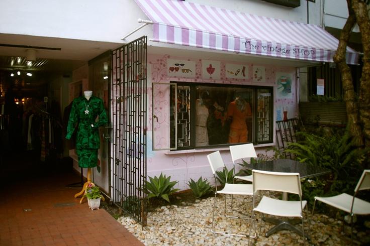 The Vintage Shop, creado por Carla Sigismund y Catalina Aristizábal, abrió sus puertas hace unos meses para llenar un vacío en el mercado de la moda colombiana: brindar la posibilidad de obtener piezas únicas e irrepetibles en un escenario cada vez más inundado por la moda rápida de imitación. La curaduría oscila entre ítems de alta moda y prendas más trendy y bohemias.