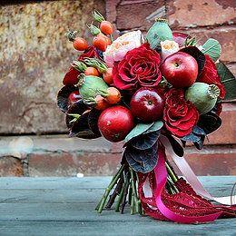 Fruit red bridal bouquet Красный свадебный букет невесты из роз, красных яблок, маковых коробочек и плодов шиповника. Фруктовый букет невесты от мастерской SaVa Flowers