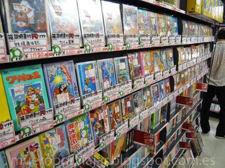 Típica estantería de videojuegos en una tienda de Tokyo