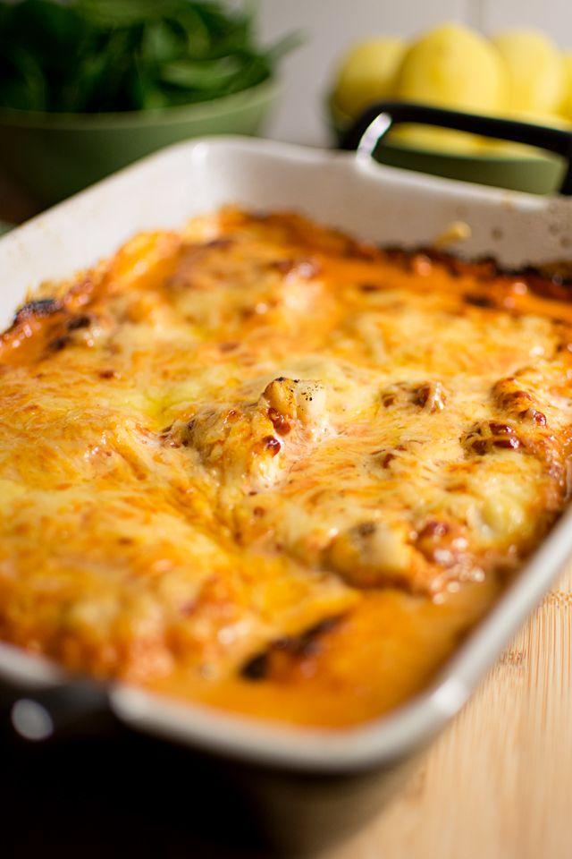 Ett snabbt middagstips kommer här: En riktigt lättlagad gratäng med torsk, tomatgrädde och ost, bara att blanda ihop och grädda. Vi åt tomatfisken med kokt potatis och bladspenat. Ha en skön tisdagskväll! Enkel fiskgratäng med tomat (4-6 port.) 800 g torskfilé Salt, peppar 3 dl grädde 3 msk tomatpuré 1 dl riven ost Sätt ugnen …