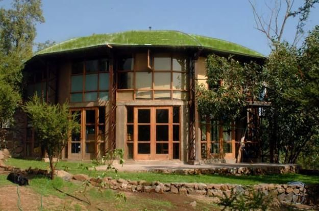 casa entre bosque: esta diseñada para climas calientes de abundante vejetacion