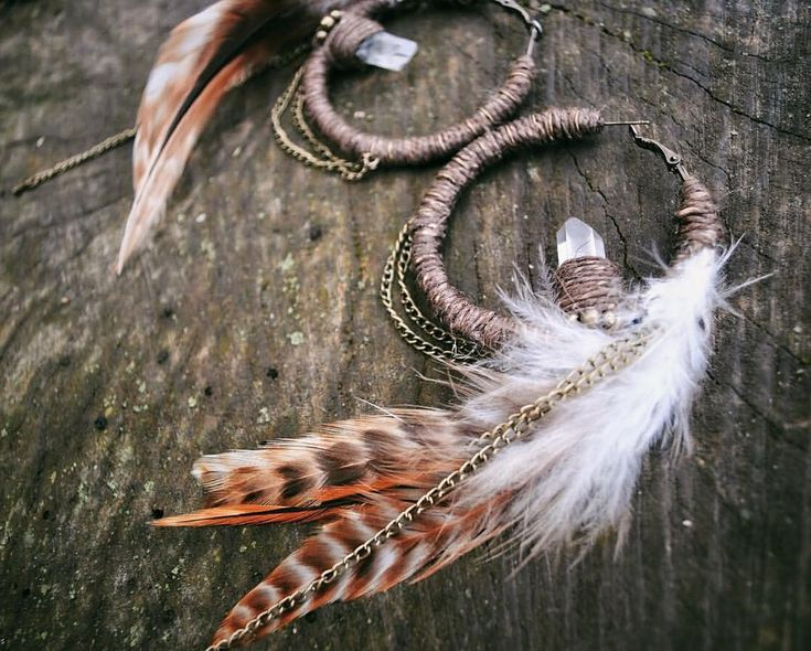 My Raven earring's brown variant 😍 do you like feathers ? Theese natural brown roosters are rad ! It'll be available tomorrow in my shop…
