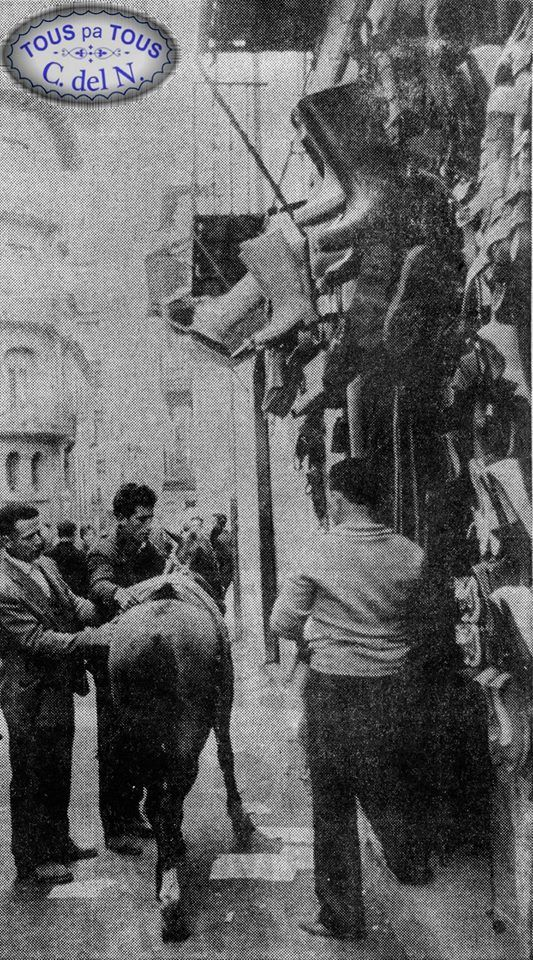 La emblemática zapatería Casa Carchuelas en uno de los bajos del palacio de Peñalba en la calle Mayor de Cangas del Narcea. Fotografía publicada en un ejemplar del diario La Nueva España en 1972.