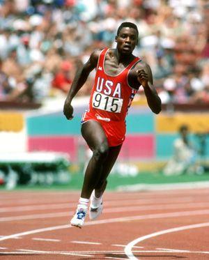 El corredor estadounidense Carl Lewis ganó nueve medallas de oro las Olimpiadas de Los Ángeles 1984 y Atlanta 1996. Es considerado una de las figuras más grandes del atletismo.