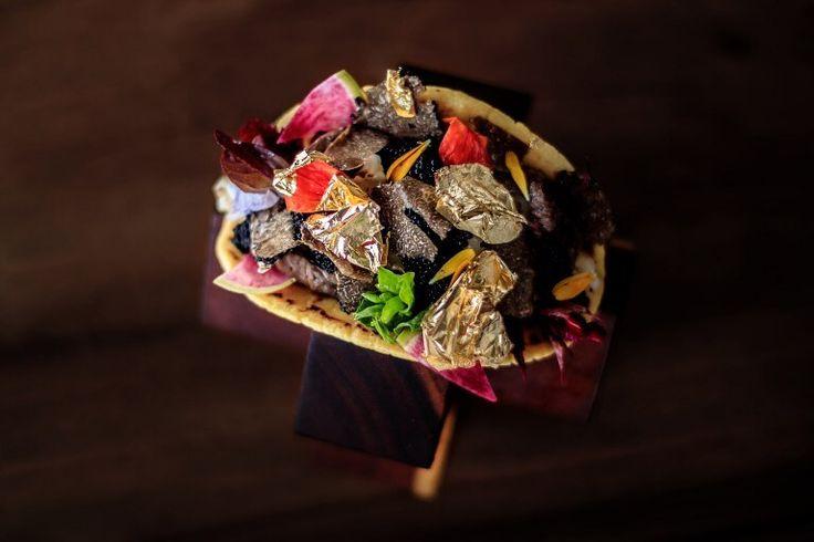 Langosta, caviar, trufa o lámina de oro no son ingredientes habituales de los populares tacos mexicanos. Sin embargo, el chef Juan Licerio Alcalá los utilizó para crear el taco más caro del mundo, que cuesta 25.000 dólares… y aún no ha encontrado comensal.  Manjar popular que se come con las manos